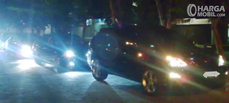 Gambar ini menunjukkan beberapa mobil melaju di  malam hari