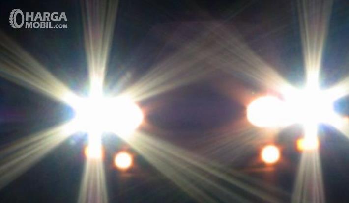 Gambar ini menunjukkan sinar lampu mobil yang terang