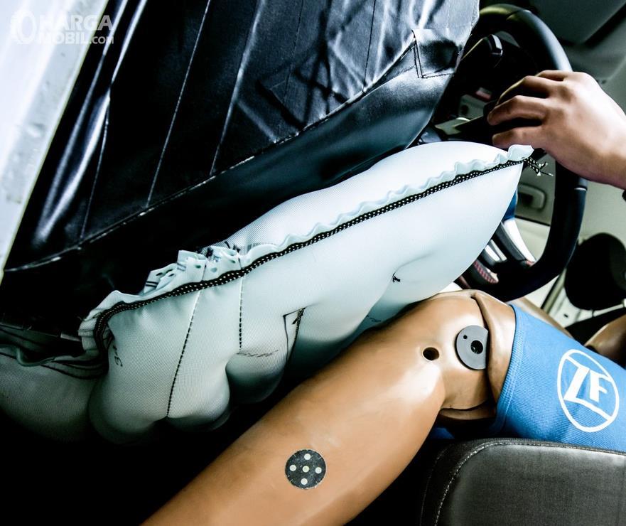 Gambar ini menunjukkan Knee Airbags pada mobil