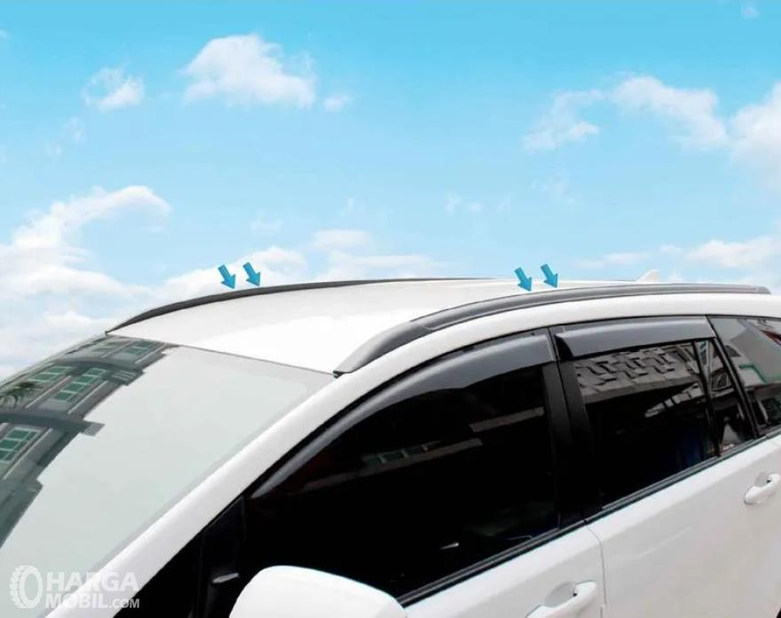 Gambar ini menunjukkan roof rail yang terdapat pada mobil