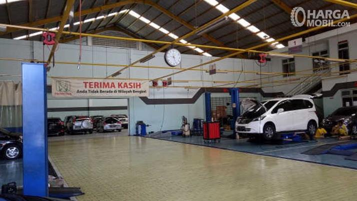 Gambar ini menunjukkan salah satu bengkel resmi milik Honda