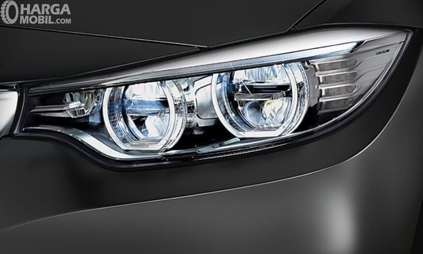 Gambar ini menunjukkan headlamp pada mobil