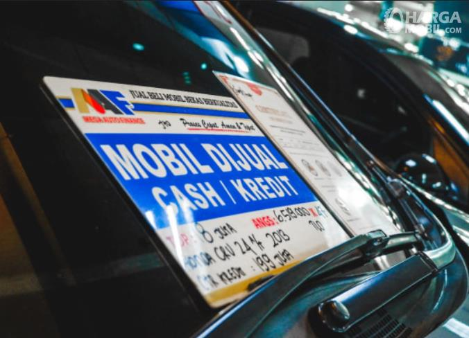 Gambar ini menunjukkan stiker mobil menunjukkan mobil dijual dengan sistem cash atau kredit