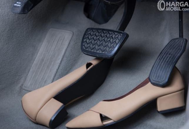 gambar ini menunjukkan 2 pedal pada mobil matic