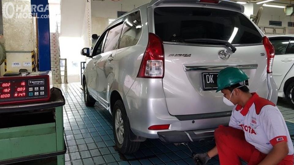 Gambar ini menunjukkan uji emisi gas buang di Auto2000