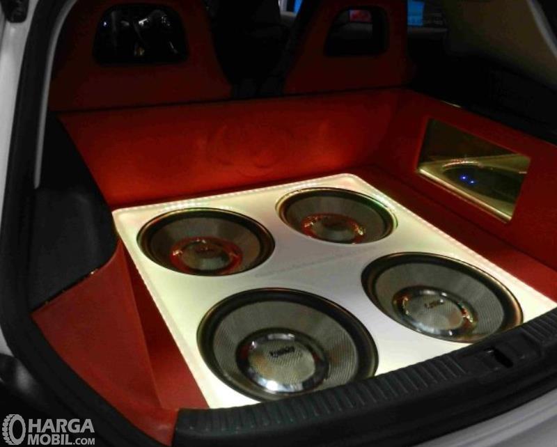 Gambar ini menunjukkan speaker aftermarket yang dimodif di dalam mobil