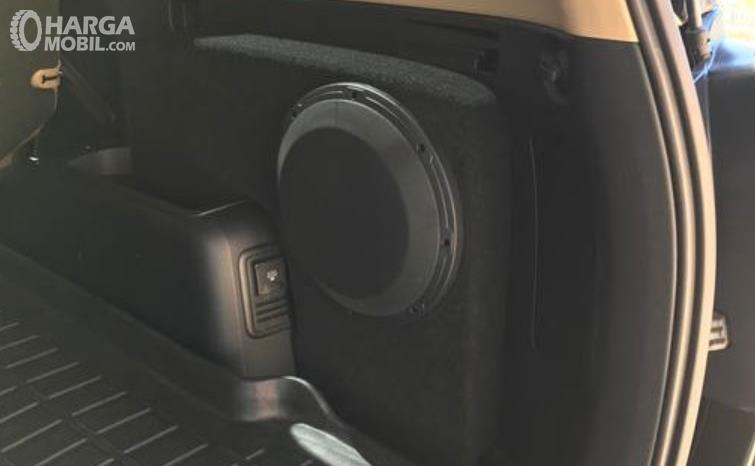 Gambar ini menunjukkan speaker di bagian belakang kendaraan
