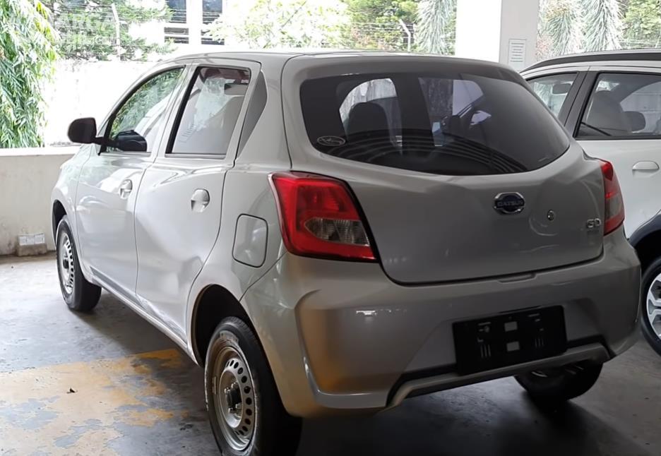 Gambar ini menunjukkan sisi belakang dan samping kiri Datsun GO Panca D MT 2018