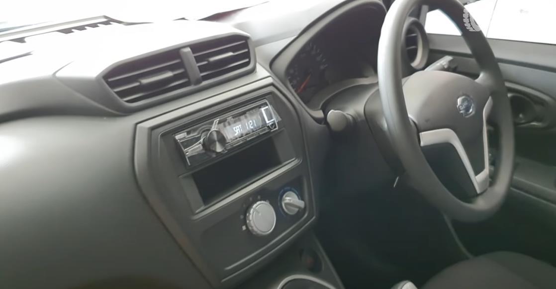 Gambar ini menunjukkan dashboard mobil Datsun GO Panca D MT 2018