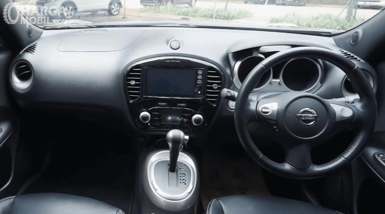 Gambar ini menunjukkan Dashboard dan kemudi mobil Nissan Juke Revolt II 2019