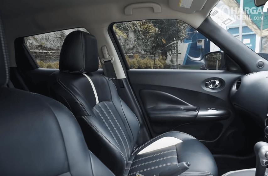 Gambar ini menunjukkan jok depan mobil Nissan Juke Revolt II 2019