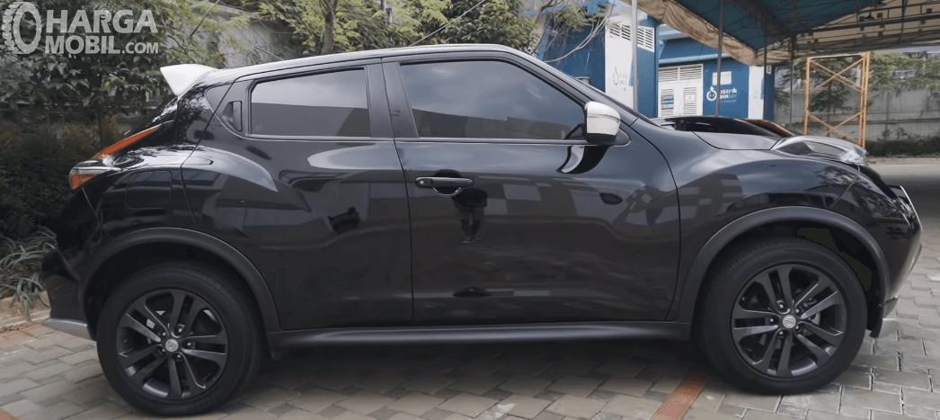 Gambar ini menunjukkan bagian samping Nissan Juke Revolt II 2019