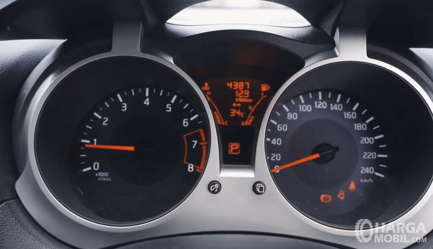 Gambar ini menunjukkan speedometer Nissan Juke Revolt II 2019