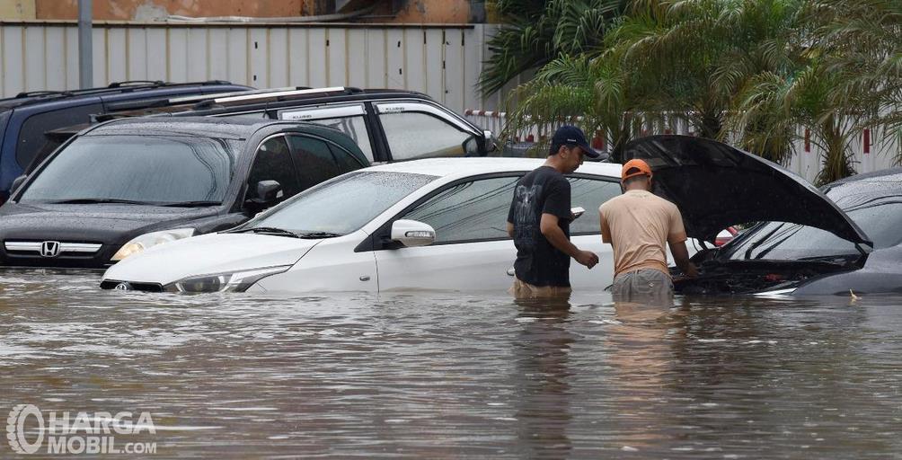Gambar ini menunjukkan beberapa mobil terendam banjir
