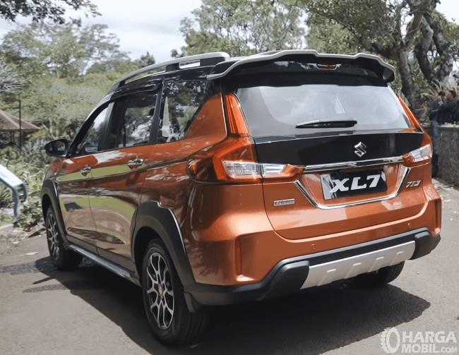 Gambar ini menunjukkan bagian belakang Suzuki XL7 Alpha AT 2020