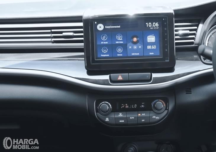 Gambar ini menunjukkan head unit Suzuki XL7 Alpha AT 2020