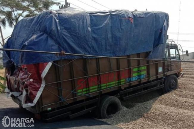 Gambar ini menunjukkan sebuah truk berada di jalur penyelamat darurat
