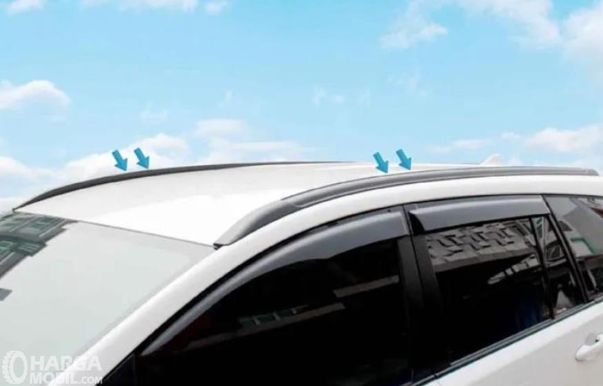 Gambar ini menunjukkan roof rail tipe flush mounted di atap mobil