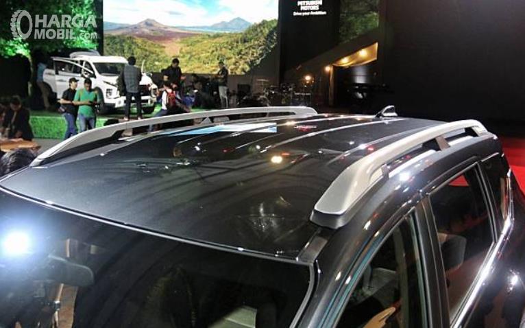 Gambar ini menunjukkan roof rail tipe C pada atap mobil