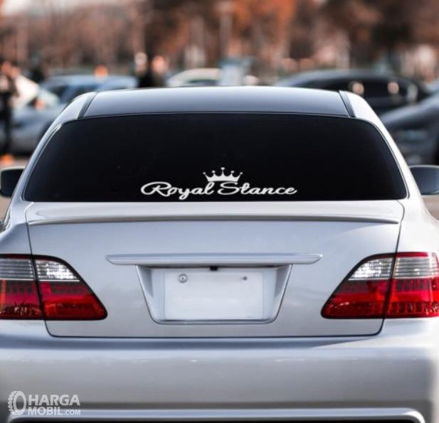 Gambar ini menunjukkan stiker royal stance di kaca belakang mobil
