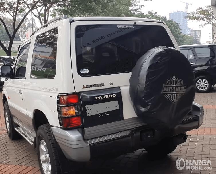 Gambar ini menunjukkan bagian belakang Mobil Mitsubishi Pajero 1994