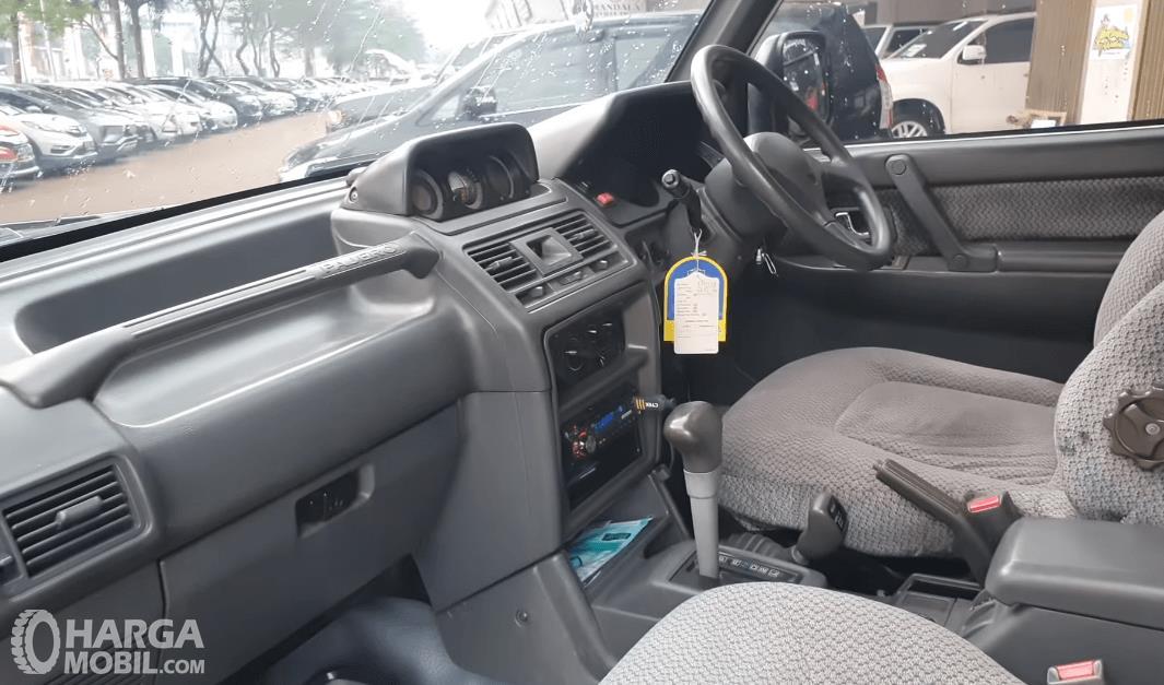 Gambar ini menunjukkan kabin depan Mobil Mitsubishi Pajero 1994