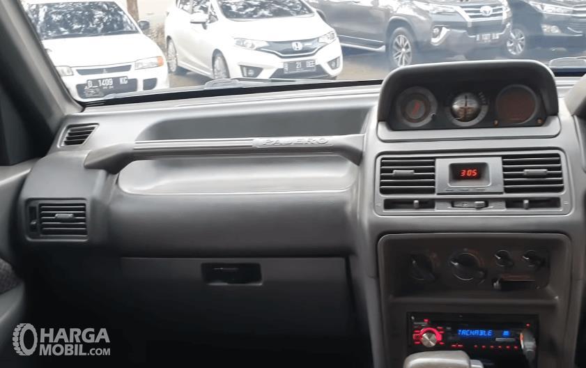 Gambar ini menunjukkan fitur dan handgrip di dashboard mobil