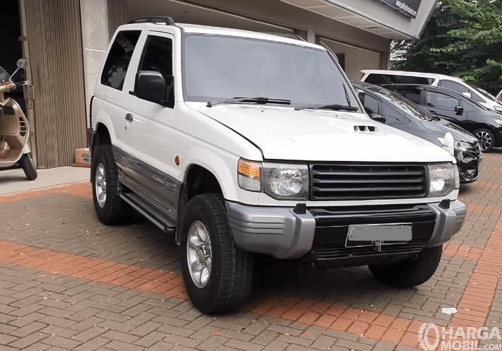 Gambar ini menunjukkan sisi depan Mobil Mitsubishi Pajero 1994