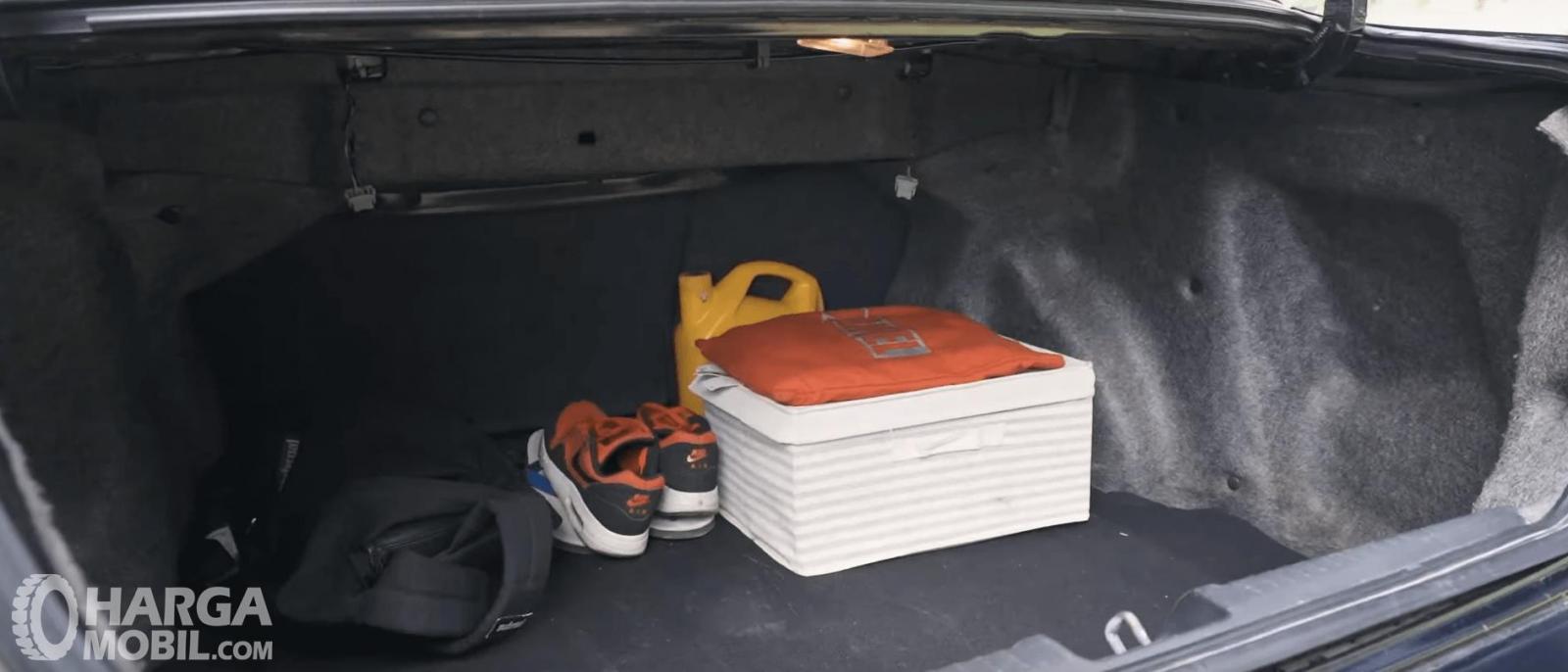 Gambar ini menunjukkan bagasi mobil Honda City i-DSI CVT 2008