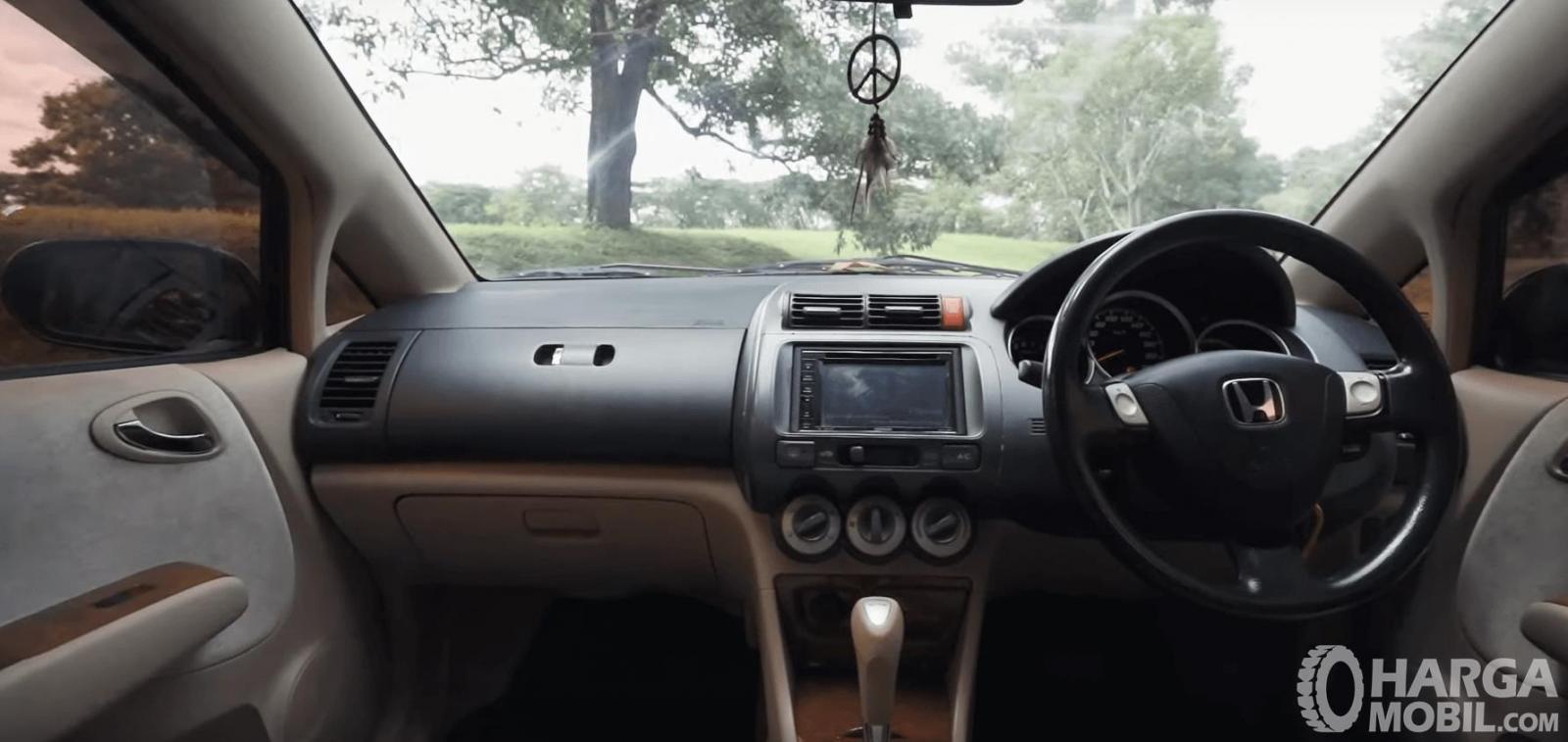 Gambar ini menunjukkan dashboard mobil Honda City i-DSI CVT 2008
