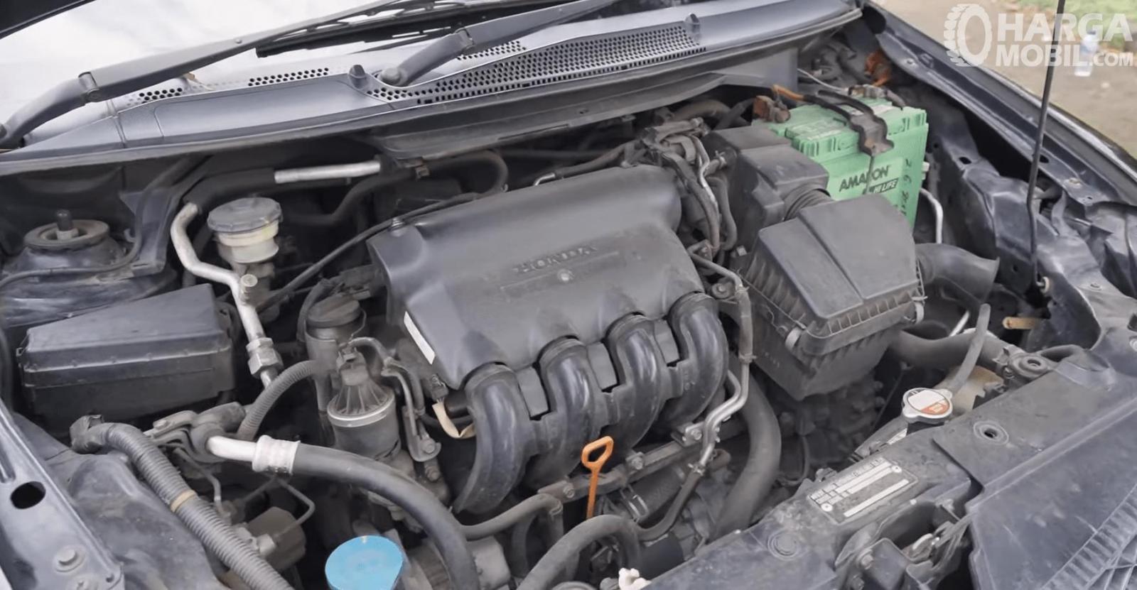 Gambar ini menunjukkan mesin mobil Honda City i-DSI CVT 2008