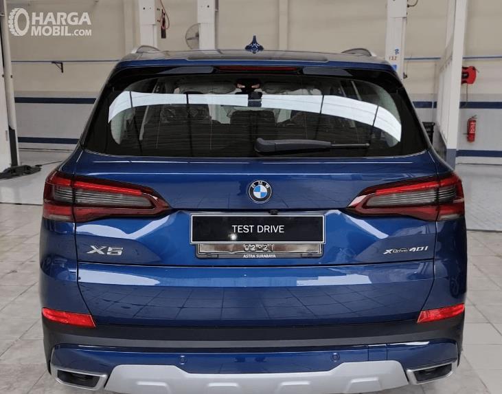 Gambar ini menunjukkan bagian belakang BMW X5 xDrive40i 2021
