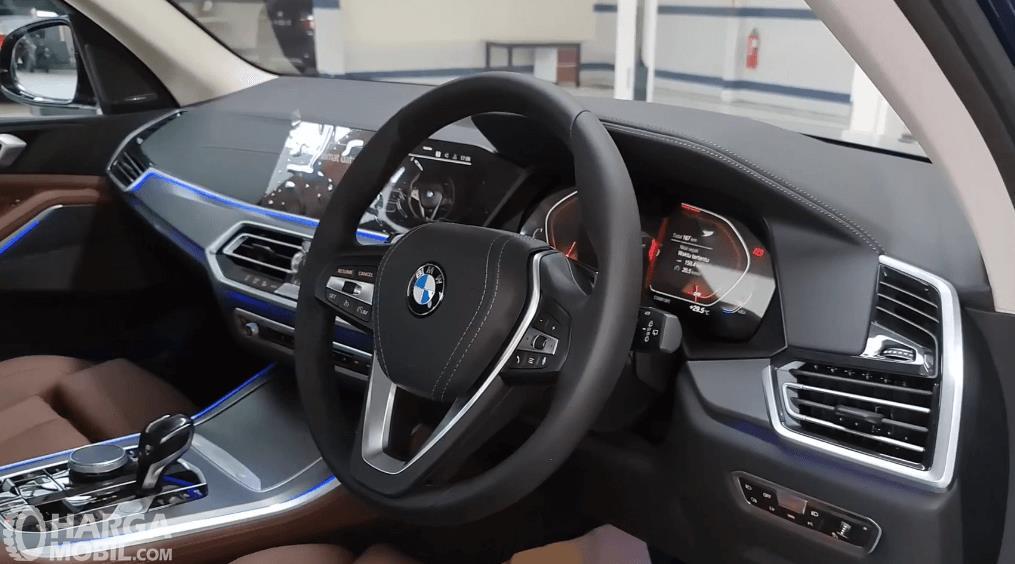 Gambar ini menunjukkan dashboard dan kemudi mobil BMW X5 xDrive40i 2021
