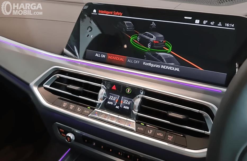 Gambar ini menunjukkan head unit mobil BMW X5 xDrive40i 2021