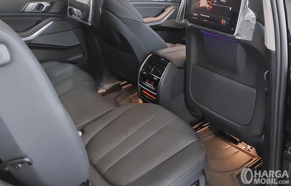 Gambar ini menunjukkan jok mobil BMW X5 xDrive40i 2021