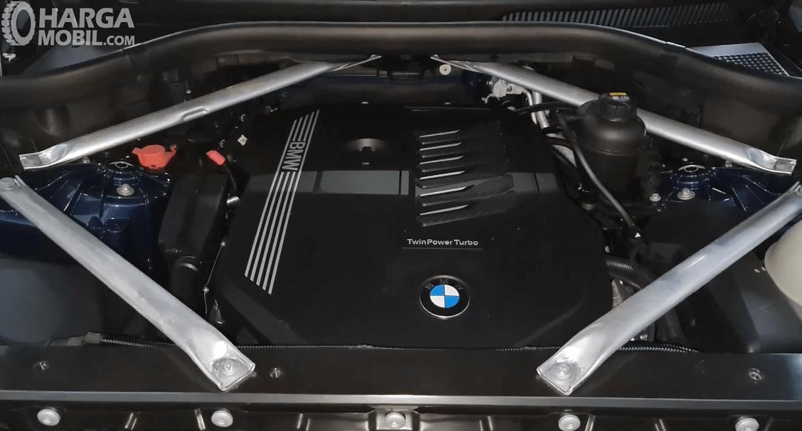 Gambar ini menunjukkan mesin mobil BMW X5 xDrive40i 2021