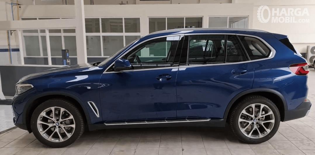 Gambar ini menunjukkan sisi samping BMW X5 xDrive40i 2021