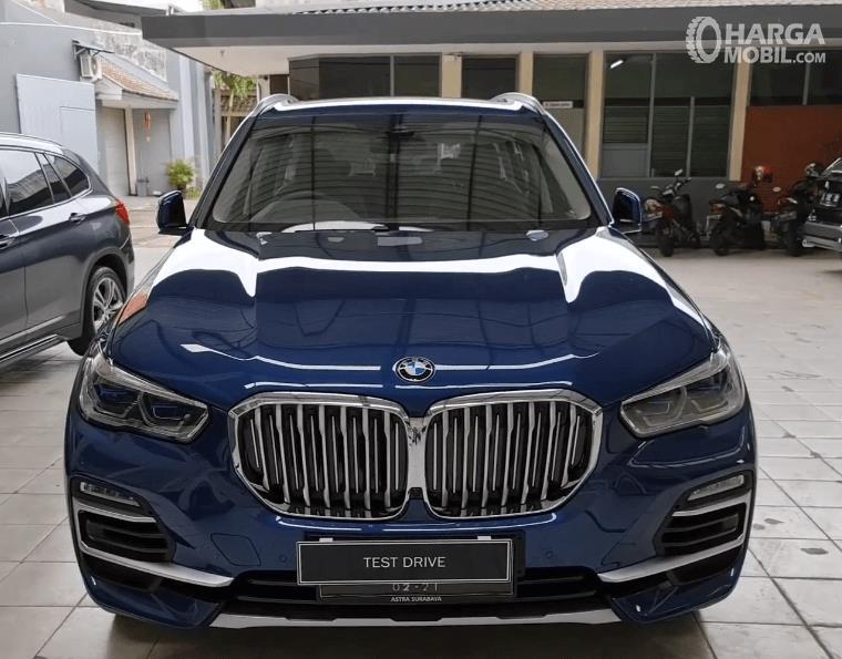 Gambar ini menunjukkan bagian depan BMW X5 xDrive40i 2021