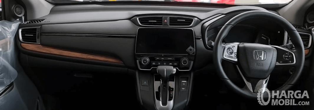 Gambar ini menunjukkan dashboard dan kemudi mobil Honda CR-V Turbo Prestige 2021