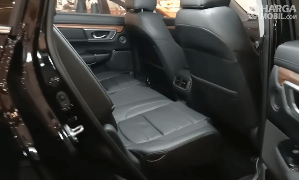 Gambar ini menunjukkan jok belakang mobil Honda CR-V Turbo Prestige 2021