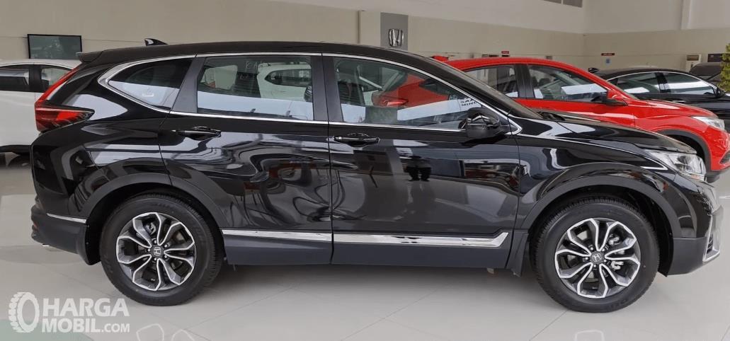 Gambar ini menunjukkan sisi samping Honda CR-V Turbo Prestige 2021