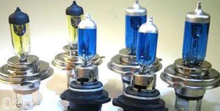 Gambar ini menunjukkan beberapa lampu Halogen mobil dengan warna biru dan kuning