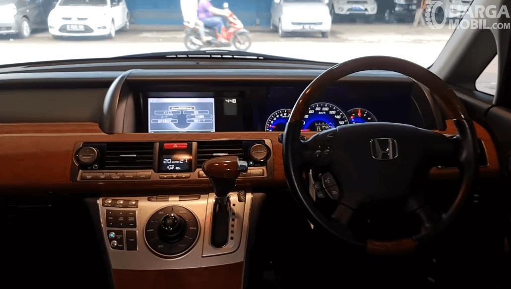 Gambar ini menunjukkan bagian dashboard dan kemudi Honda Elysion Prestige 2008