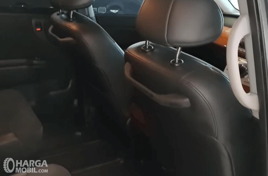 Gambar ini menunjukkan hand grip pada jok depan Honda Elysion Prestige 2008