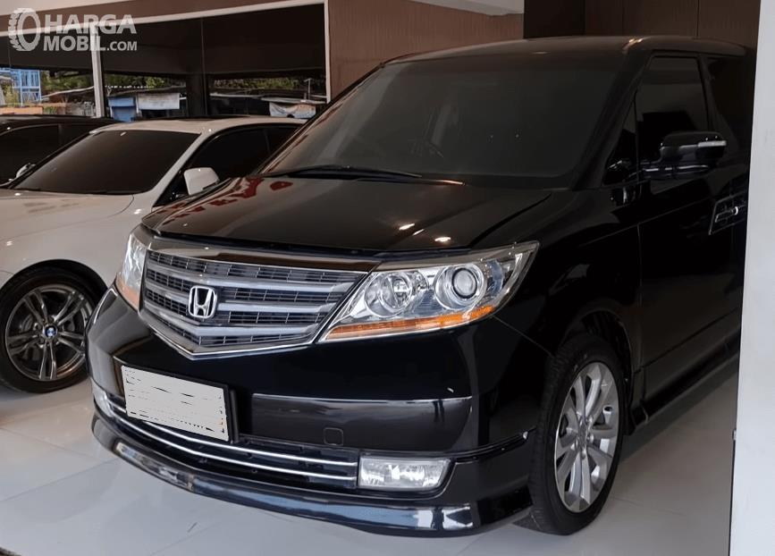 Gambar ini menunjukkan bagian depan mobil Honda Elysion Prestige 2008