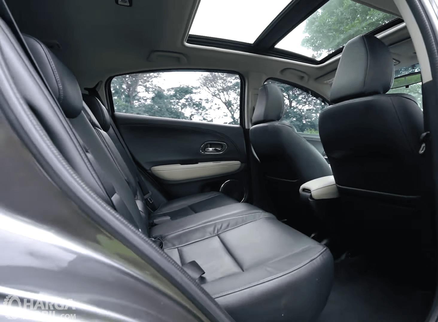 Gambar ini menunjukkan jok mobil Honda HR-V 1.8L Prestige 2016