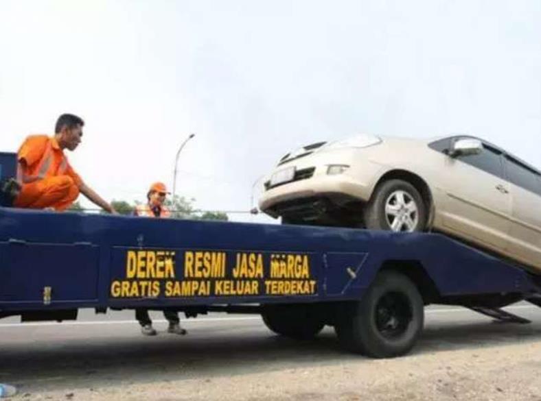 Gambar ini menunjukkan proses derek mobil Jasa Marga