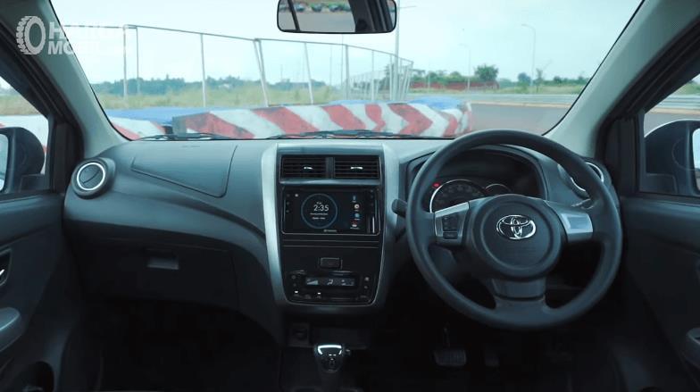 Gambar ini menunjukkan bagian dashboard dan kemudi mobil Toyota Agya 1.2 G AT TRD Facelift 2020