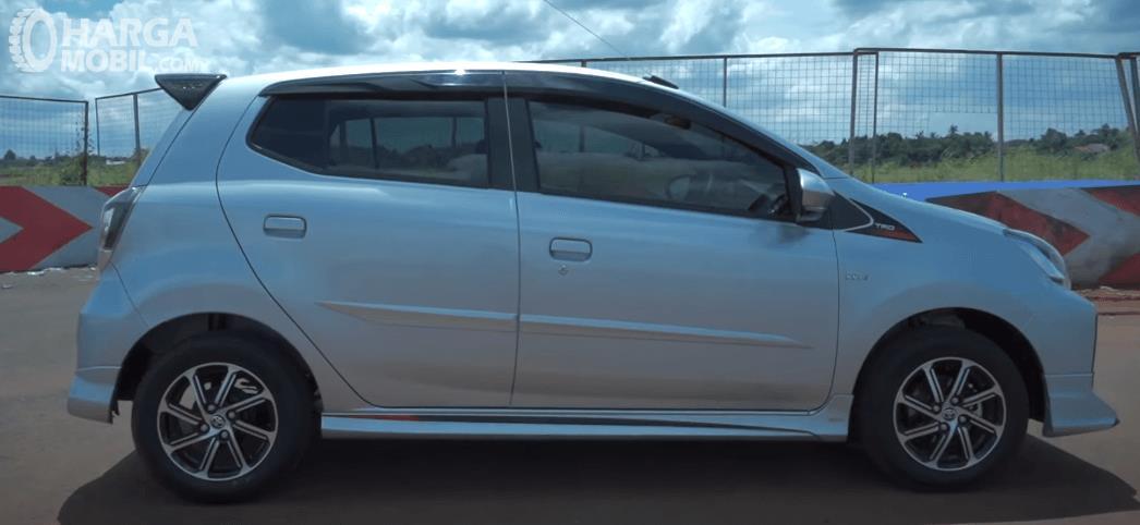 Gambar ini menunjukkan bagian samping Toyota Agya 1.2 G AT TRD Facelift 2020