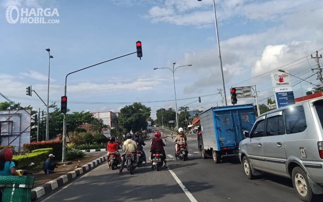 Gambar ini menunjukkan lampu lalu lintas kendaraan